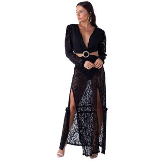 Vestido com fendas e manga longa